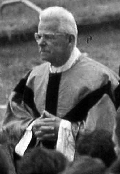 Cardijn im Priestergewand guckt nach links