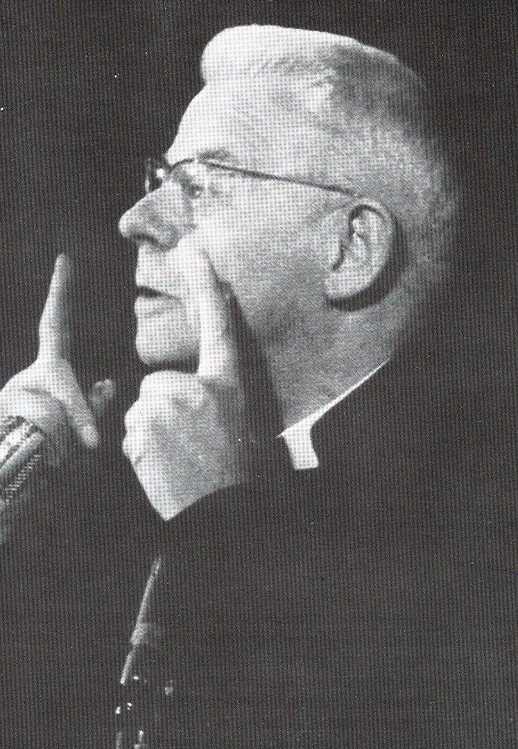 Cardijn zeigt mit 2 Fingern nach oben