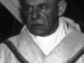 Cardijn im Priestergewand Hand auf Brust